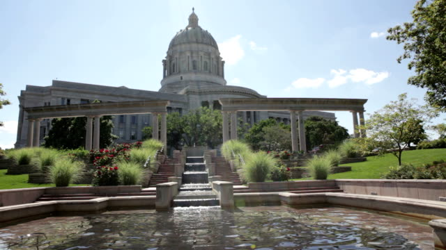 здание капитолия и фонтан-миссури - missouri стоковые видео и кадры b-roll
