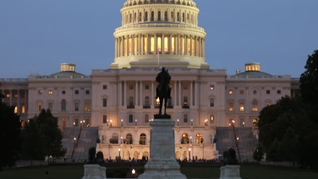 capitol building in washington dc usa - struttura pubblica video stock e b–roll