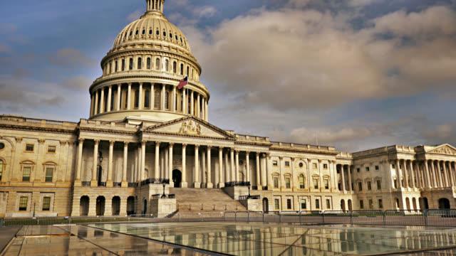 u.s. capitol building, reflection. no people. - ważne miejsce w świadomości narodowej filmów i materiałów b-roll