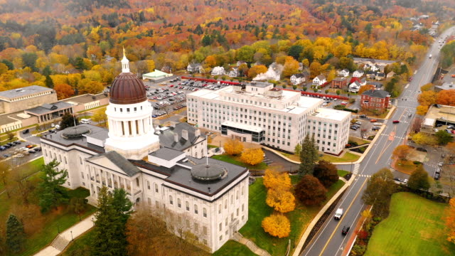 capitol building state house augusta maine stagione autunnale antenna - capitello video stock e b–roll