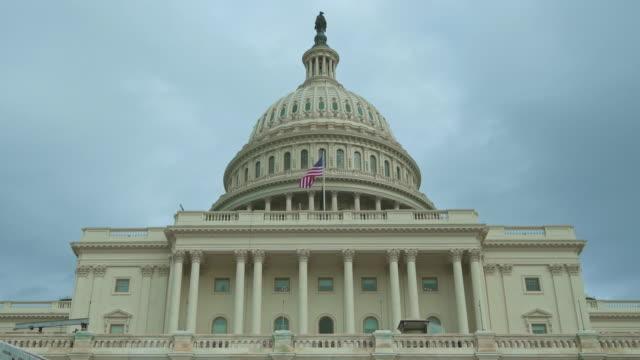 abd capitol binası batı cephe dome amerikan bayrağı ile washington, dc - kubbe stok videoları ve detay görüntü çekimi