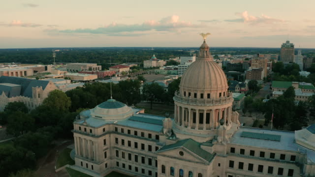 capitol state house downtown city center jackson mississippi usa - kapitell stock-videos und b-roll-filmmaterial