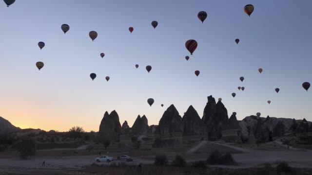 kappadokien luftballons, fliegen über täler. - zentralanatolien stock-videos und b-roll-filmmaterial