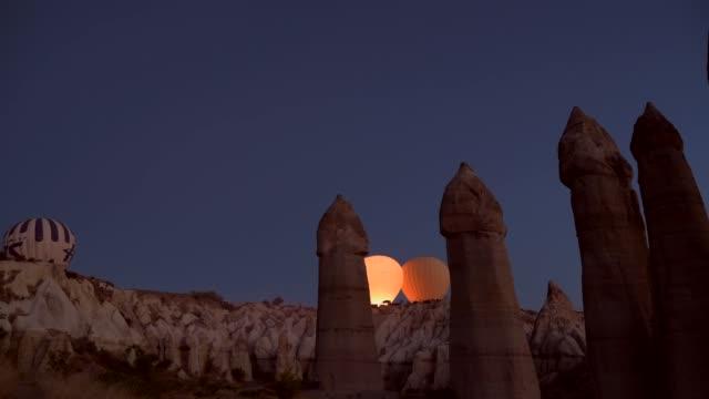 cappadocia varm lufts ballonger solen stiger, ta av - anatolien bildbanksvideor och videomaterial från bakom kulisserna