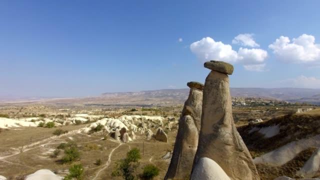 kapadokya simgesi, i̇kiz peri bacaları - fallus şeklinde stok videoları ve detay görüntü çekimi