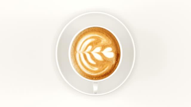 cappuccino in einer tasse drehen - milchkaffee stock-videos und b-roll-filmmaterial