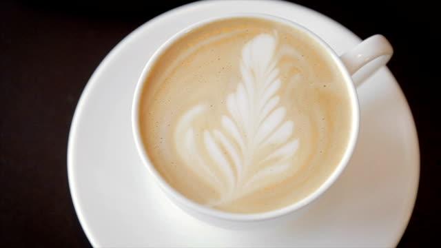 cappuccino in einer weißen schale, nahaufnahme - cappuccino stock-videos und b-roll-filmmaterial