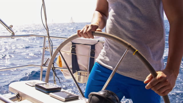 スローモーションのヨットで、船長のナビゲート海 ビデオ