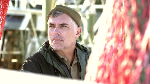 商業漁業のボートのデッキにキャプテン - 漁師 外人点の映像素材/bロール