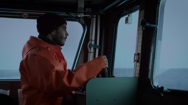 kapitän piloten kommerzielle fischerei schiff. - ostsee stock-videos und b-roll-filmmaterial
