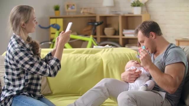 vidéos et rushes de capturant instant en famille - photophone
