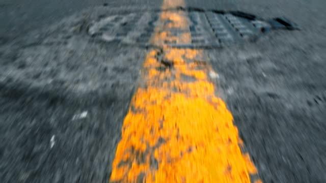 vídeos de stock, filmes e b-roll de pov de uma rodovia com linhas de condução de carro - velocidade