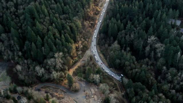 auto incidente sulla strada di montagna - rimorchiatore video stock e b–roll