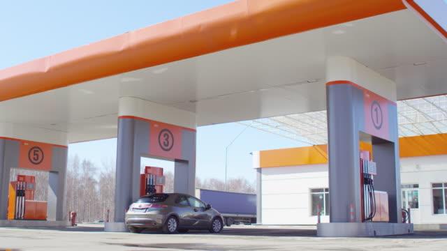 arabaya benzin pompası - i̇stasyon stok videoları ve detay görüntü çekimi