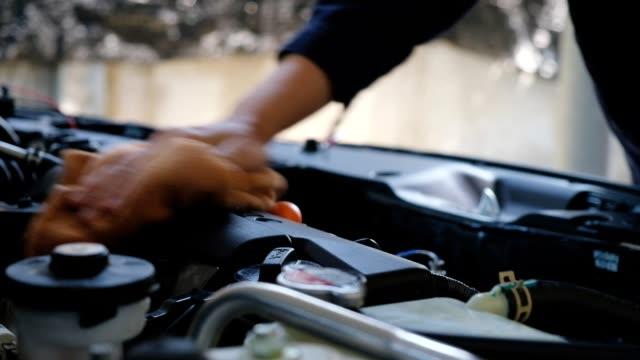 araba oto mekanik tamir - ayarlamak stok videoları ve detay görüntü çekimi