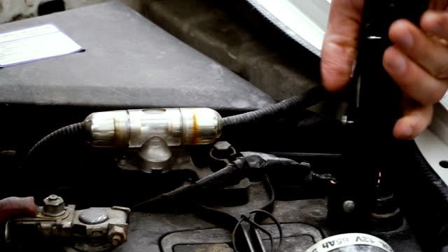 stockvideo's en b-roll-footage met auto-accu. laad de batterij in de auto. - lood
