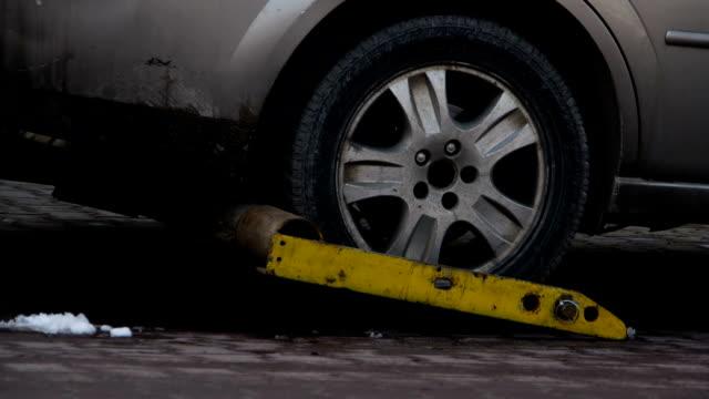 auto essere sollevati con carro attrezzi. - rimorchiatore video stock e b–roll