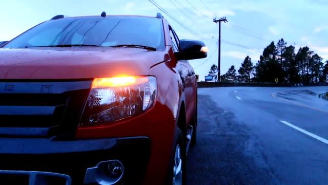 vídeos de stock e filmes b-roll de avaria no carro no país estrada com sinal de luz de sirene - berma da estrada