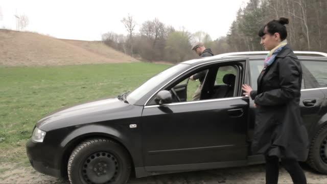 stockvideo's en b-roll-footage met car breakdown - mid volwassen vrouw