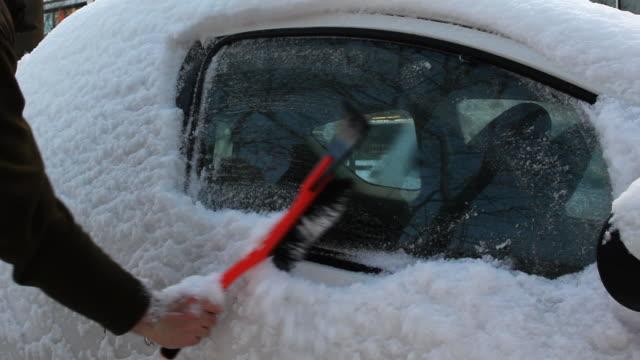 vidéos et rushes de voiture couverte de neige, brosser il avec raclette à neige - raclette