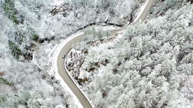 vídeos de stock e filmes b-roll de car crossing a snow road - passagem de ano