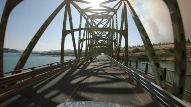 フォートスポケーン橋の上に東ワシントン川を渡る車 ビデオ