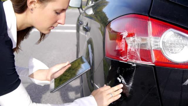 danno di auto su digital tablet di schizzi - quality video stock e b–roll