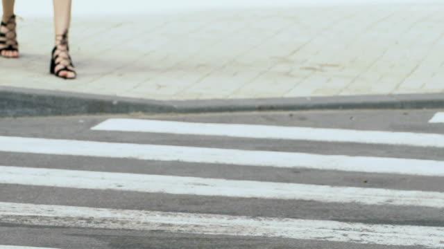 auto gefährlich anhalten am zebrastreifen vor weiblichen fußgänger, verletzung - fußgänger stock-videos und b-roll-filmmaterial
