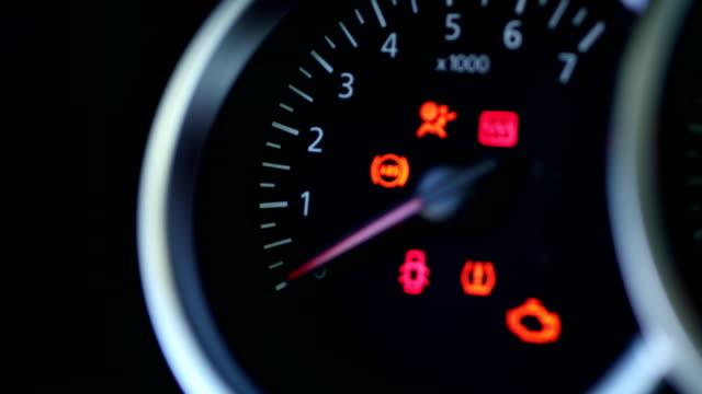 stockvideo's en b-roll-footage met auto dashboard closeup - waarschuwingssignaal
