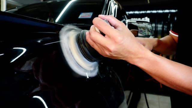 auto detaillierung - männer verwenden maschinenauto-polierer wartung, um markierungen reparatur entsprechend der oberfläche des autos farbe zu entfernen, bevor sie weiter die keramik zu beschichten - wachs epilation stock-videos und b-roll-filmmaterial