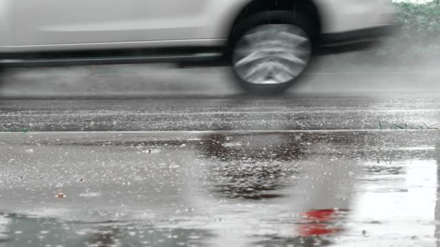 Autofahrt in Straße nasses Regenwasser mit Regen in der Regenzeit – Video