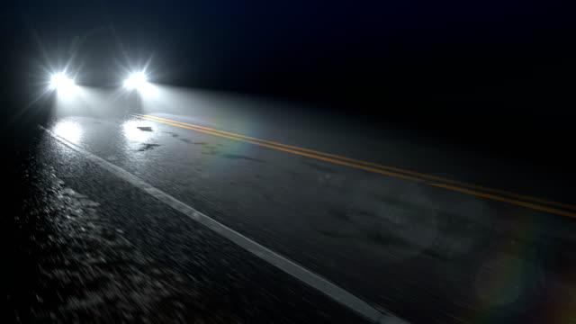 vidéos et rushes de la voiture conduit le long de la route humide de nuit de pays avec des phares allumés, boucle sans couture - voiture nuit