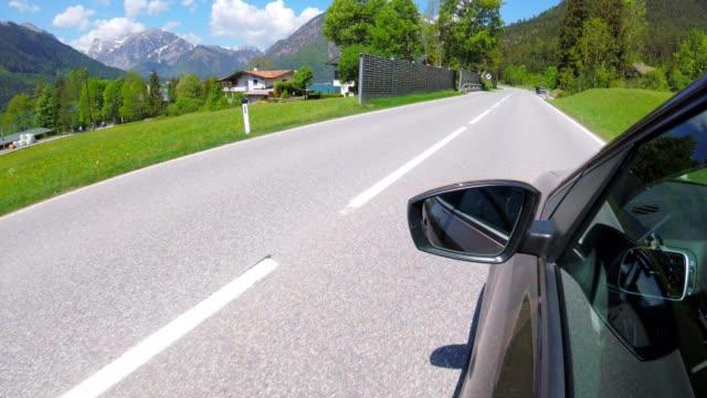 オーストリアの湖アッヘンゼーに沿って走行車pov。 - チロル州点の映像素材/bロール