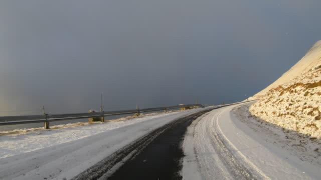 POV Autofahren auf färöischen Inseln: Winterstraßen – Video