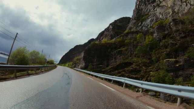 vídeos de stock e filmes b-roll de pov car driving at lofoten islands: summer roads - reto descrição física
