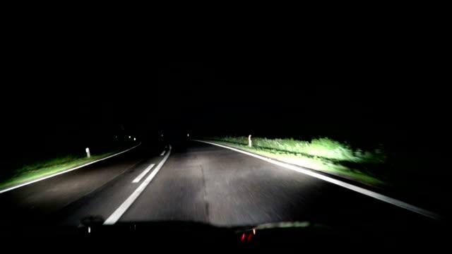 vidéos et rushes de voiture, conduite de nuit sur la route - pare brise