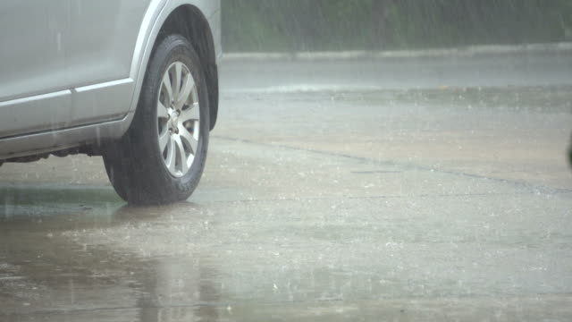 yağmurlu gün araba araba - islak stok videoları ve detay görüntü çekimi