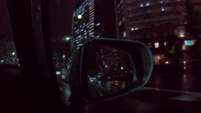 vídeos y material grabado en eventos de stock de conducción de coche de lluvia en la ciudad de noche - 4 k - stop sign