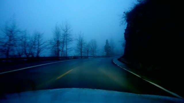 stockvideo's en b-roll-footage met auto auto rijden op een mistige berg bij nacht - mist donker auto