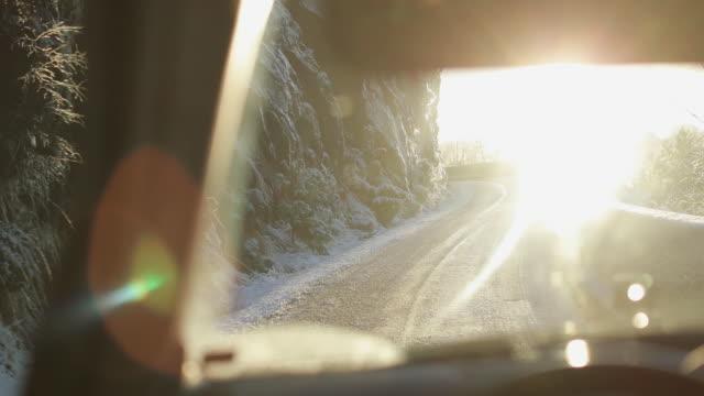 vídeos y material grabado en eventos de stock de conducción en nieve de automóviles pov: paso de montaña en noruega - bergen