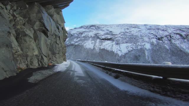 vídeos de stock e filmes b-roll de pov car driving in snow: mountain pass in norway - reto descrição física