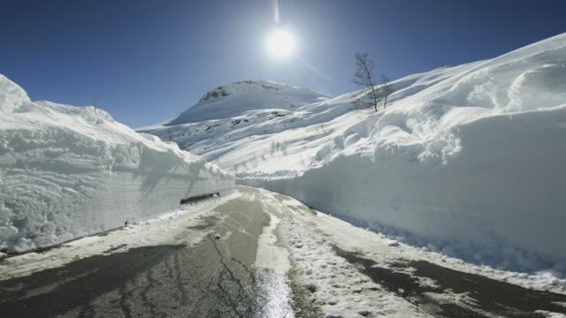 vídeos de stock e filmes b-roll de pov car driving in snow: mountain pass - reto descrição física