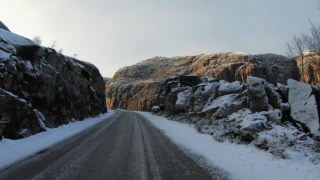 vídeos y material grabado en eventos de stock de coche pov de conducción en nieve: las montañas de noruega - bergen