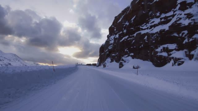POV-Auto fährt in der Arktis: Winterstraßen – Video