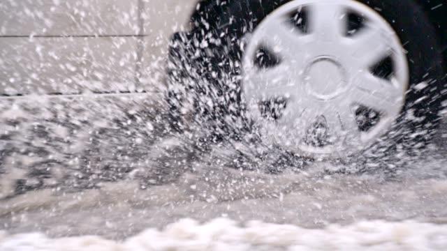 vídeos de stock e filmes b-roll de slo mo car driving in the snow - inverno