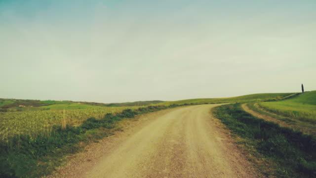 pov samochodem w toskania :  zielone wzgórza i cyprysowate - wiejska droga filmów i materiałów b-roll