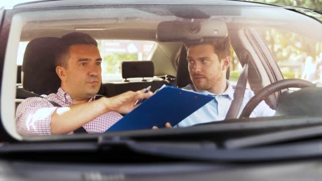 car driving instructor talking to man failed exam - vídeo