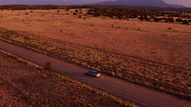 砂漠の夕日に車を運転:ニューメキシコ州 - 乾燥点の映像素材/bロール