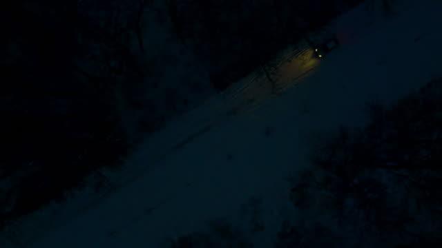 vidéos et rushes de vue aérienne de voiture conduite sur route de campagne de nuit - voiture nuit