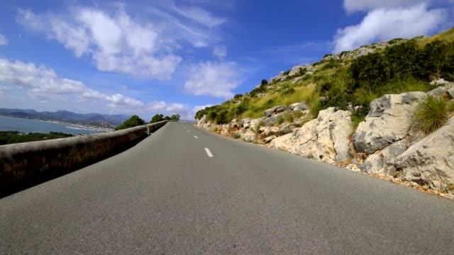 auto pov: fahren auf einer landstraße in mallorca, spanien - spanien stock-videos und b-roll-filmmaterial